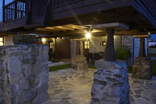 Bajo el hórreo y porches de noche.